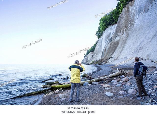 Germany, Mecklenburg-Western Pomerania, Ruegen, Jasmund National Park, hikers looking on chalk cliff at 'Kieler Ufer'