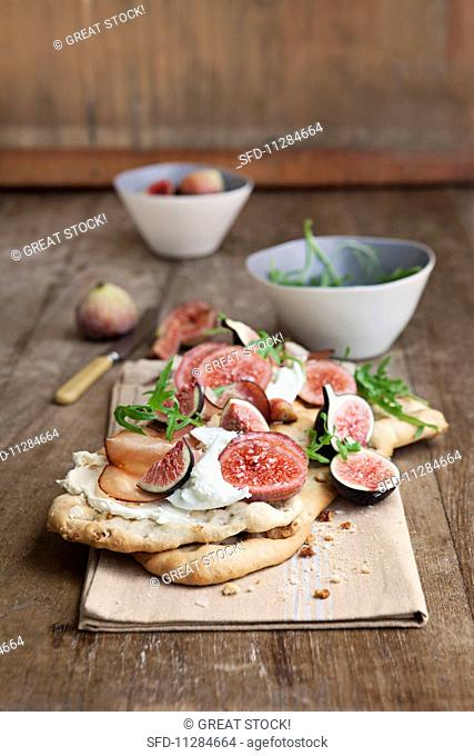Walnut bread with figs, Parma ham and rocket