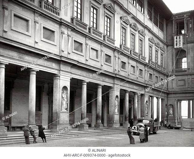 Removal of the statues from the Uffizi Gallery during the interventions of anti-aircraft protection of monuments (1560 -1580 ca.), shot 10/04/1943
