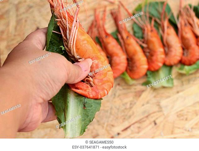 Barbecue grilled shrimp with green vegetables