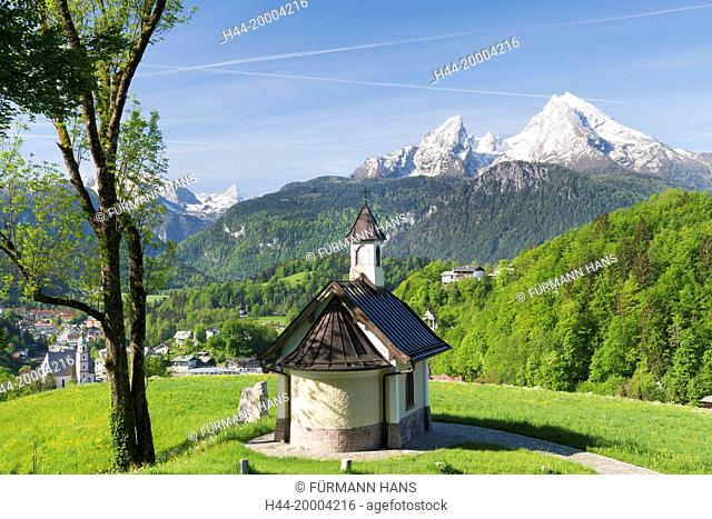 the Kirchleitn chapel in the Mitterweinfeld near Berchtesgaden the background