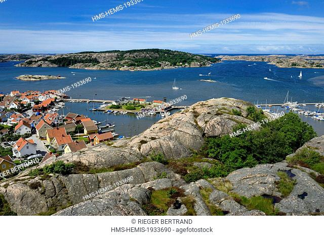 Sweden, Vastra Gotaland, Fjallbacka harbour, view from the top of the Vetterberget rock in the footsteps of Camilla Lackberg