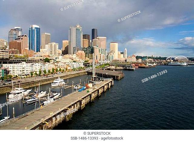 USA, Washington State, Seattle skyline and Bell Harbor Marina
