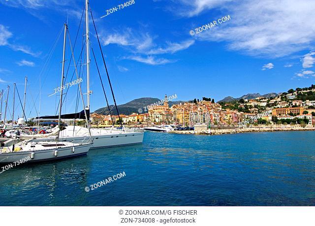 Einfahrt zum Alten Hafen in Menton, Côte d'Azur, Frankreich / Port entrance of the Old Port of Menton, Côte d'Azur, France
