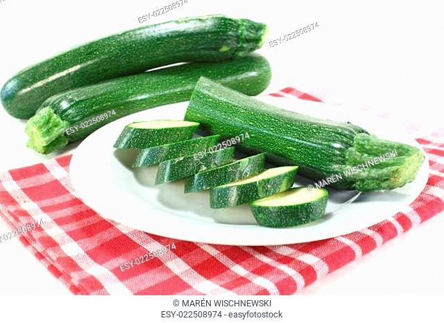 frische Zucchini auf einer Serviette