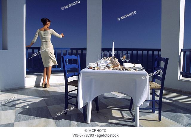 Ein geschmackvoll gedeckter Tisch am Meer und eine junge Frau die jemanden erwartet, 2004, Mittelmeer - Kos, Griechenland, Spain, 19/06/2004