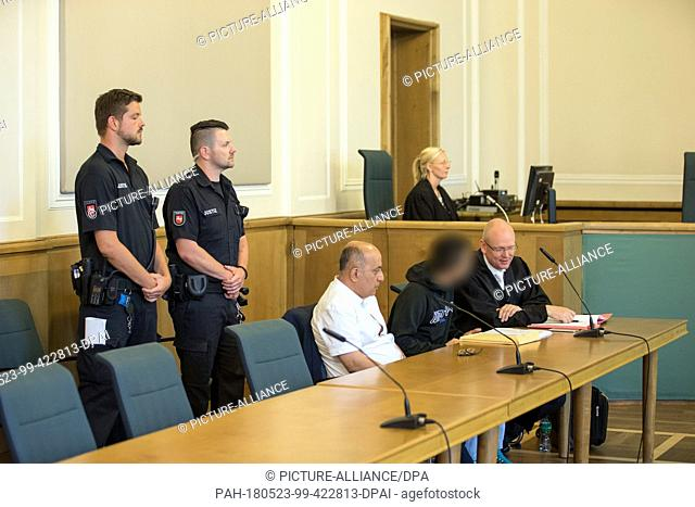 23 May 2018, Osnabrueck, Germany: Justice officials stand behind the defendant (2nd from the right). Next to him are his defender Thorsten Diekmeyer (r) and his...