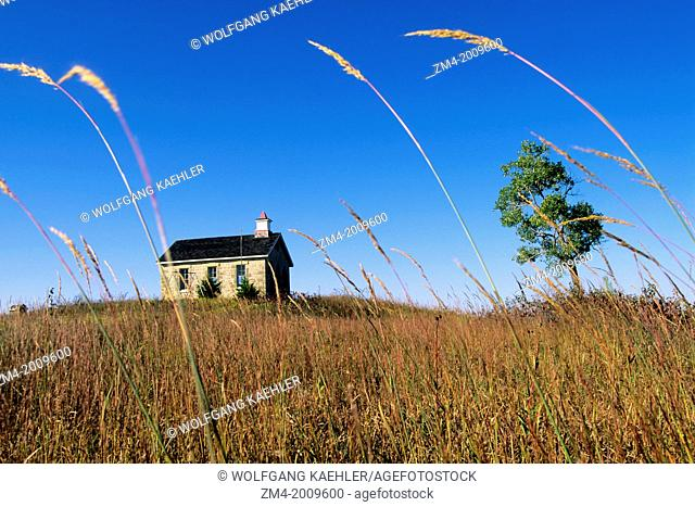 USA, KANSAS, FLINT HILLS, NEAR STRONG CITY, TALLGRASS PRAIRIE NATIONAL PRESERVE, SCHOOLHOUSE