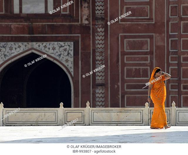 Woman wearing a sari, mausoleum of the Taj Mahal, Agra, Uttar Pradesh, North India, India, Asia