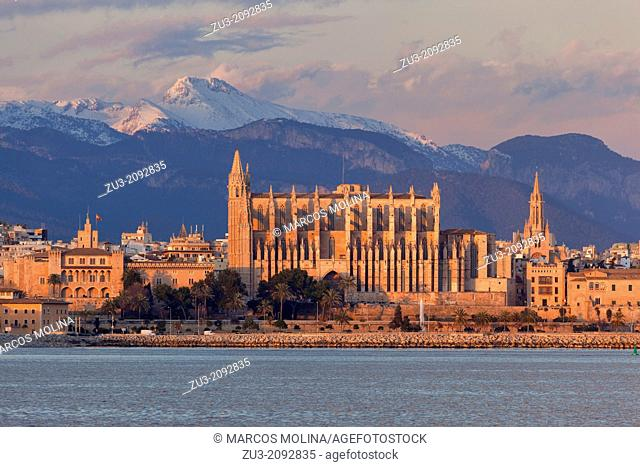 13th century Palma de Majorca Gothic cathedral at sunset. Tramuntana mountains behind. Majorca, Balearic islands, Spain