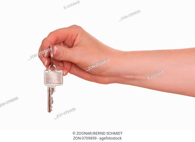 Weiß freigestellte weibliche Hand hält einen Schlüssel