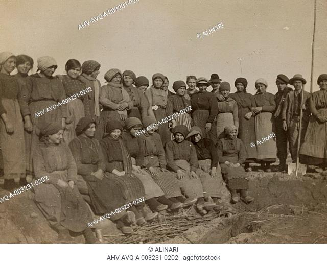 Album Stato libero del Verhovac-luglio 1916: women involved in the work of fortification in Bonavigo, shot 1918