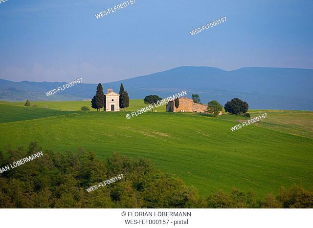 Italy, Chapel Vitaleta and farm in Val d'Orcia