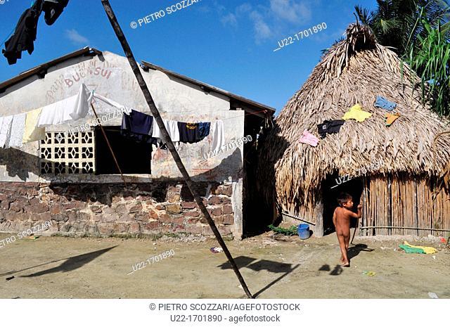 San Blás Panama: kids and houses in Playon Chico, village of Kuna Yala