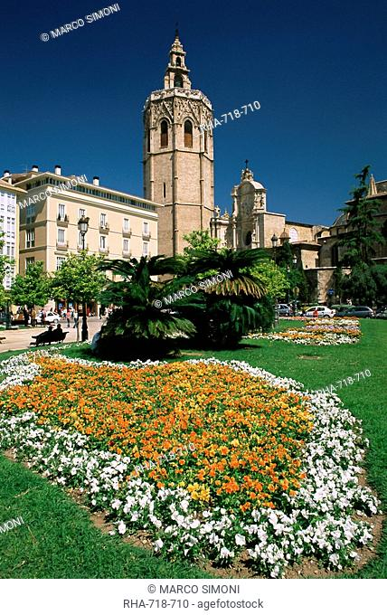 Gardens at the Plaza de la Reina and the Valencia Christian Cathedral in the background, Valencia, Spain, Europe