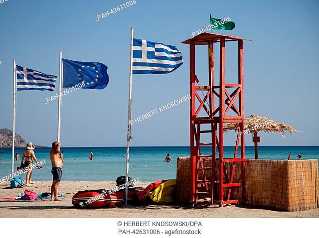 Griechische Fahnen und die EU-Flagge aufgenommen am 01.09.2013 am Strand von Elafonissi auf der Insel Kreta in Griechenland