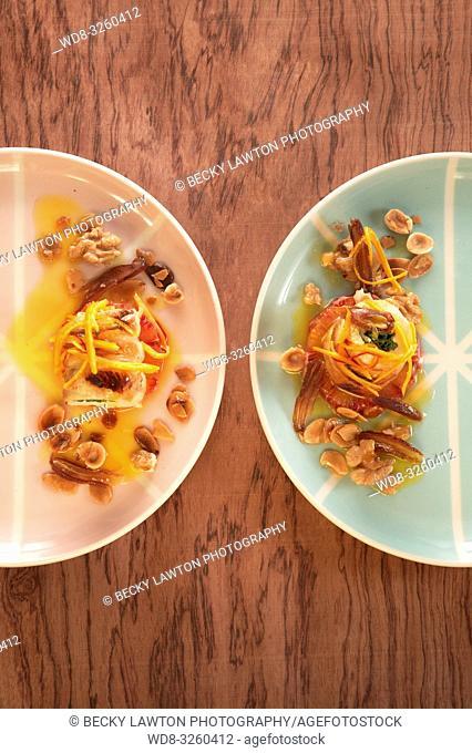 rulos de pollo con espinacas, naranja y frutos secos