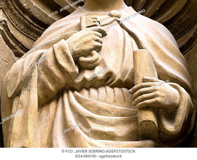 Detalle de la escultura del apóstol San Pedro con sus atributos (llaves y libro), en la portada de la iglesia de Santo Tomás en Haro, de estilo plateresco