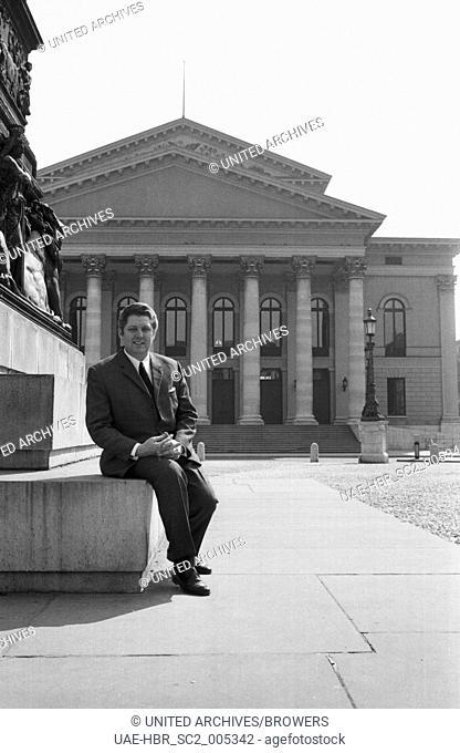 Der niederländische Tenor Anton de Ridder vor der Bayerischen Staatsoper in München, Deutschland 1960er Jahre. Dutch tenor Anton de Ridder in front of the...