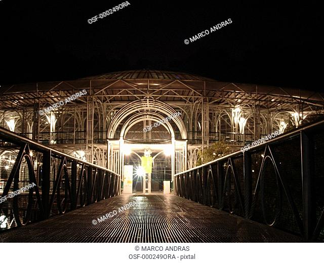 curitiba quarry park graden entrance at night