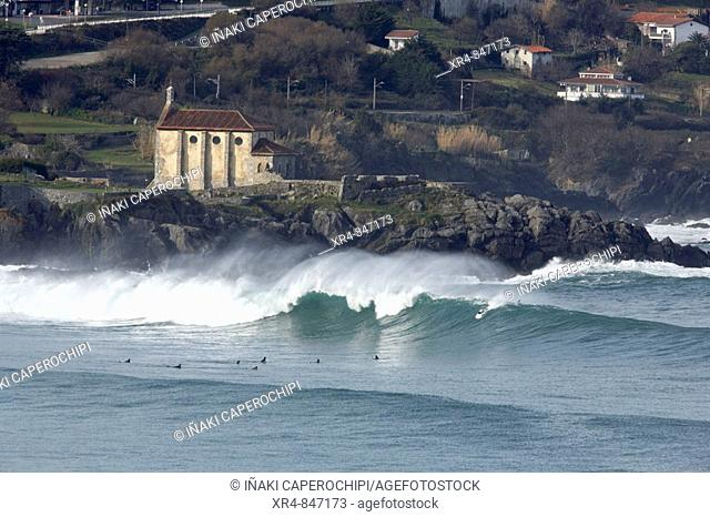 Chapel of Santa Catalina and surfers on the ria, Mundaca (Mundaka), Vizcaya (Bizkaia), Basque Country, Spain