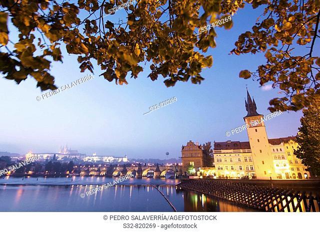 Vista nocturna sobre el ri'o Moldava; al fondo Catedral de san Vito (siglo XIV) - go'tico) y el Puente Carlos IV; Praga; Repu'blica Checa