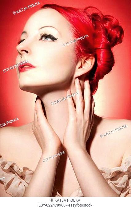 Schöne junge Frau mit roten Locken und perfektem Make Up
