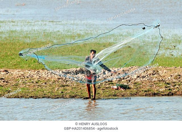Fisherman with cast net - Tale Noi - Patthalung - Thailand, Asia - March 2014