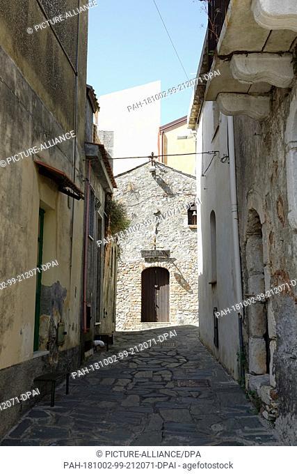 06 September 2018, Italy, Castelmola: 06 September 2018, Italy, Castelmola: View into a narrow lane in the mountain village Castelmola