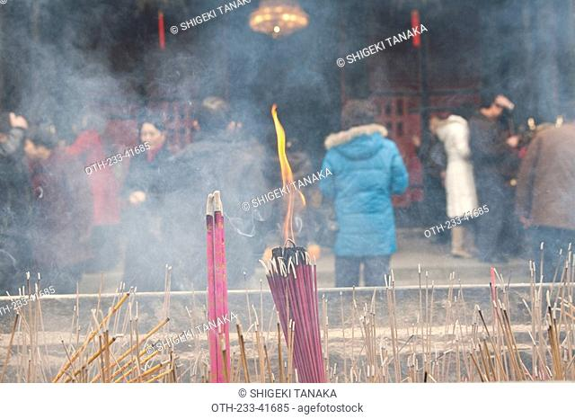People worshipping at Wenshu Temple, Chengdu, Sichuan Province, China