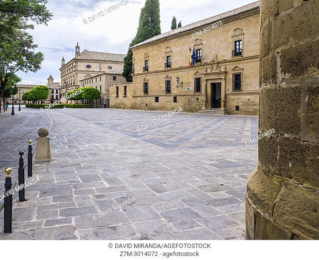 Palacio del Deán Ortega (parador nacional de turismo) y al fondo el Palacio de las Cadenas or Palacio Vázquez de Molina (Town Hall of Ubeda). Úbeda
