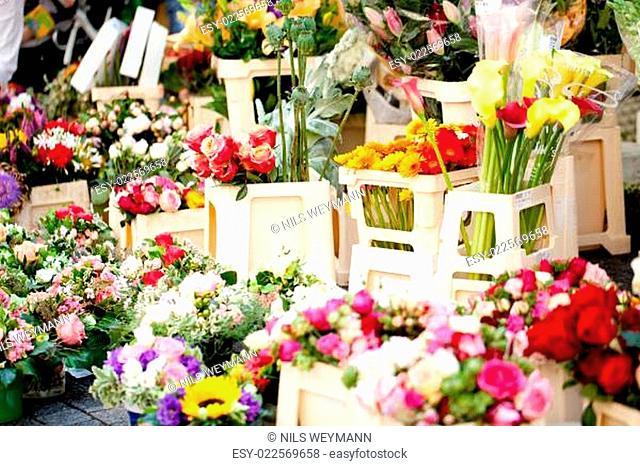 bunte gemischte frische blumen auf dem markt im sommer