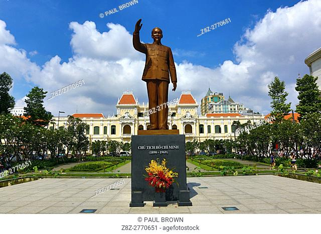 Statue of Ho Chi Minh in front of the Saigon PeopleÕs Committee Building, Ho Chi Minh City (Saigon), Vietnam.