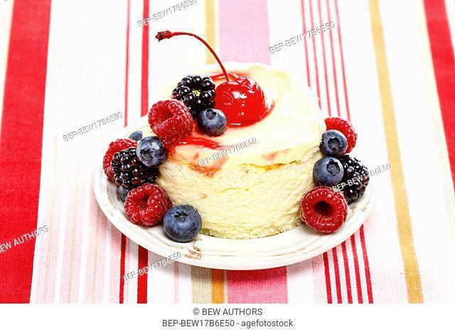 Round cake with fresh fruits