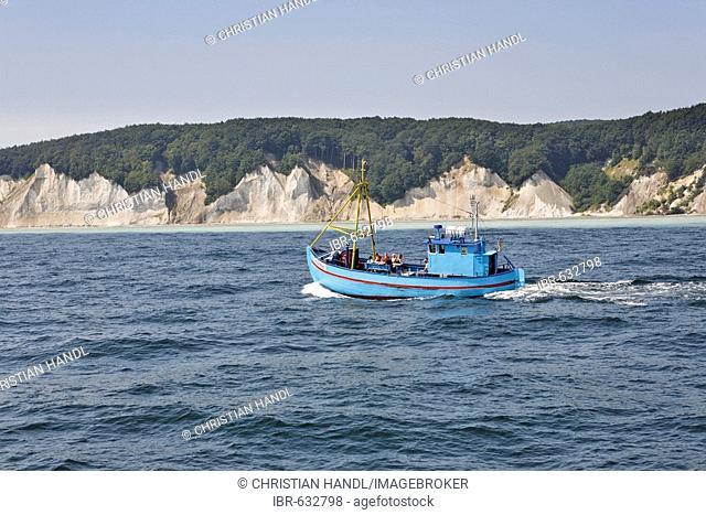 Tourist boat, Kreidefelsen (Chalk Cliffs), Jasmund National Park, Ruegen, Germany, Europe