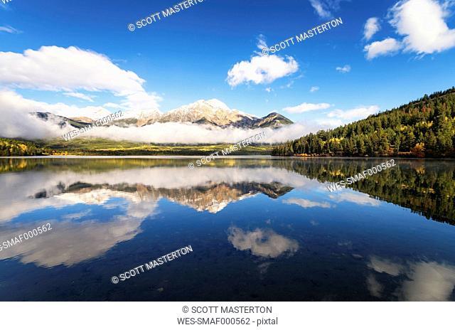 Canada, Jasper National Park, Jasper, Pyramid Mountain, Pyramid Lake in the morning