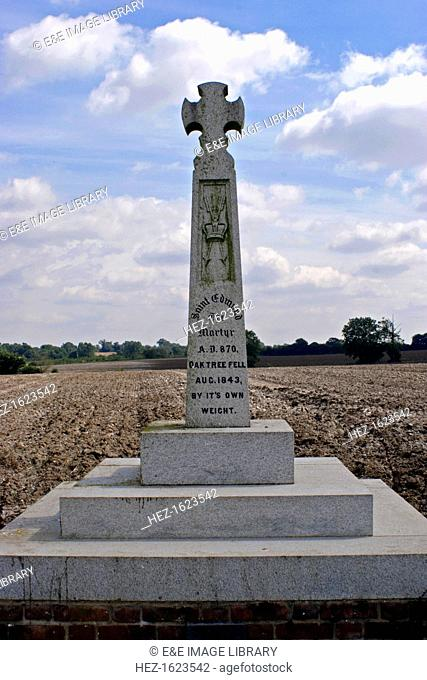 Memorial cross marking the site of King Edmund's martyrdom, Hoxne, Suffolk. Edmund (c840-870), King of East Anglia was captured by the Danes after his army was...