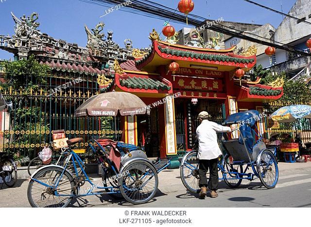 Rickshaws in front of chinese Pagoda at Cholon, Saigon, Hoh Chi Minh City, Vietnam, Asia