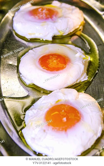 Fried eggs in the kitchen. Asador Horma Ondo. Larrabetzu, Biscay, Basque Country, Spain