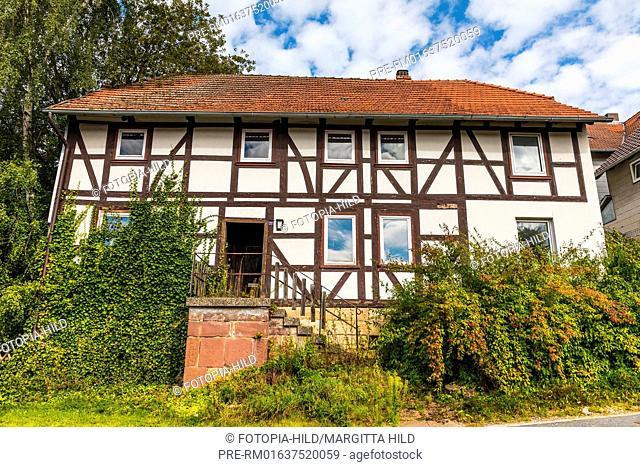 Overgrown half-timbered house at Barterode, Flecken Adelebsen, Naturraum Sollingvorland, Landkreis Göttingen, Niedersachsen, Germany