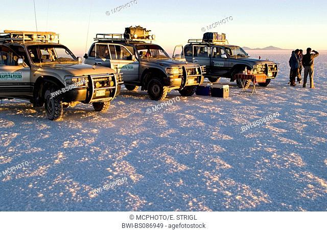 fourwheeldrive vehicle with tourists on the Salar de Uyuni, Bolivia