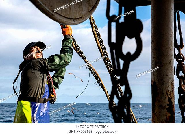 RAISING OF THE CABLES AND CHAINS FOR PULLING THE NETS DURING A TRAWLING HAUL, SEA FISHING ON A SHRIMP TRAWLER 'QUENTIN-GREGOIRE' OFF THE COAST OF...