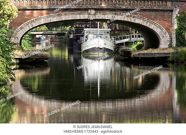 France, Haute Garonne, Toulouse, Toulouse historic center, Canal de Brienne, Brienne channel is a channel that connects the Garonne and the Canal du Midi listed...