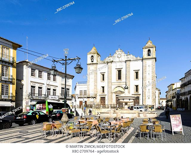 Praca do Giraldo. Evora in the Alentejo. The old town is part of the UNESCO World Heritage. Europe, Southern Europe, Portugal, March
