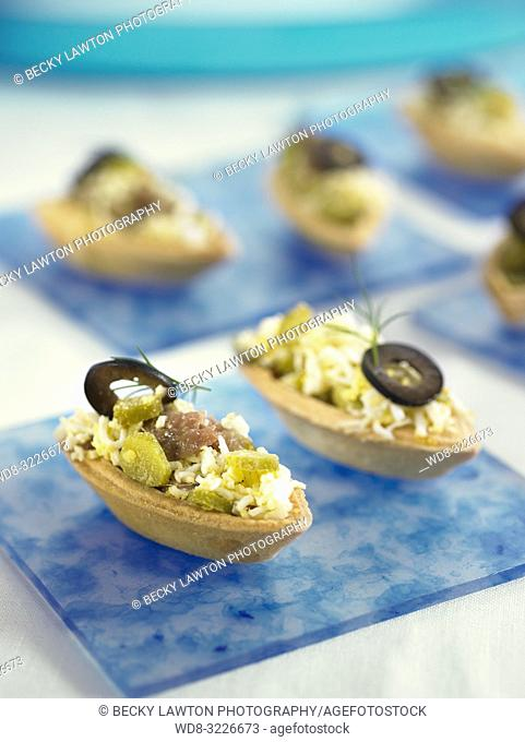 tartaleta de anchoas, huevo cocido y aceitunas negras / tartlet with anchovies, boiled egg and black olives