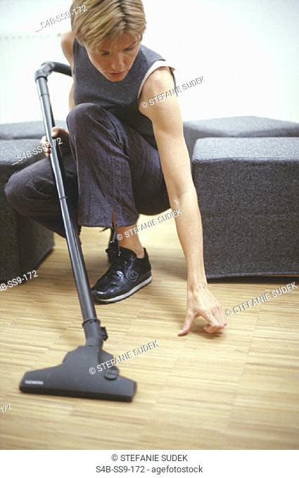 Frau mit Staubsauger - Hausarbeit | Woman with Vacuum Cleaner - Household Chores |   | fully-released