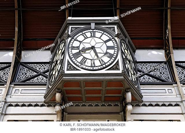 Historic station clock in the main hall, London Paddington station, London, England, United Kingdom, Europe
