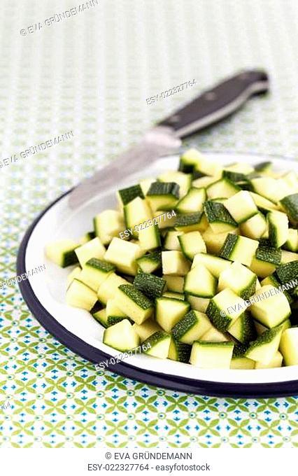Klein geschnittene Zucchini