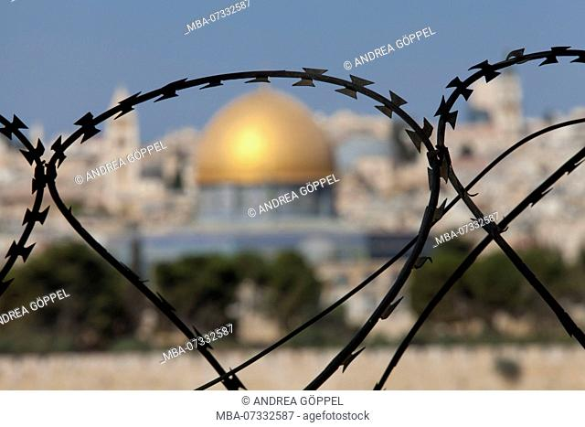 Israel, Jerusalem, view of Dome of the Rock from Mount of Olives through barbed wire