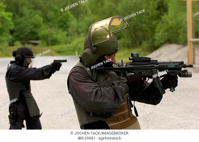DEU, Germany: Basic training for future SWAT Team officers. They learn, during a year long course, all the basics which they need for their job in the special...